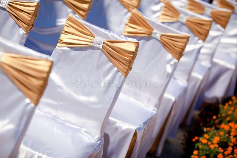 Cadeira agradàvel decorada em um partido do evento imagens de stock royalty free