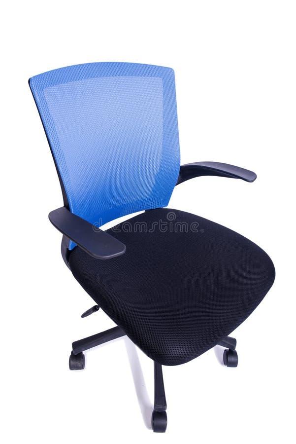 A cadeira azul do escritório isolada no fundo branco fotografia de stock
