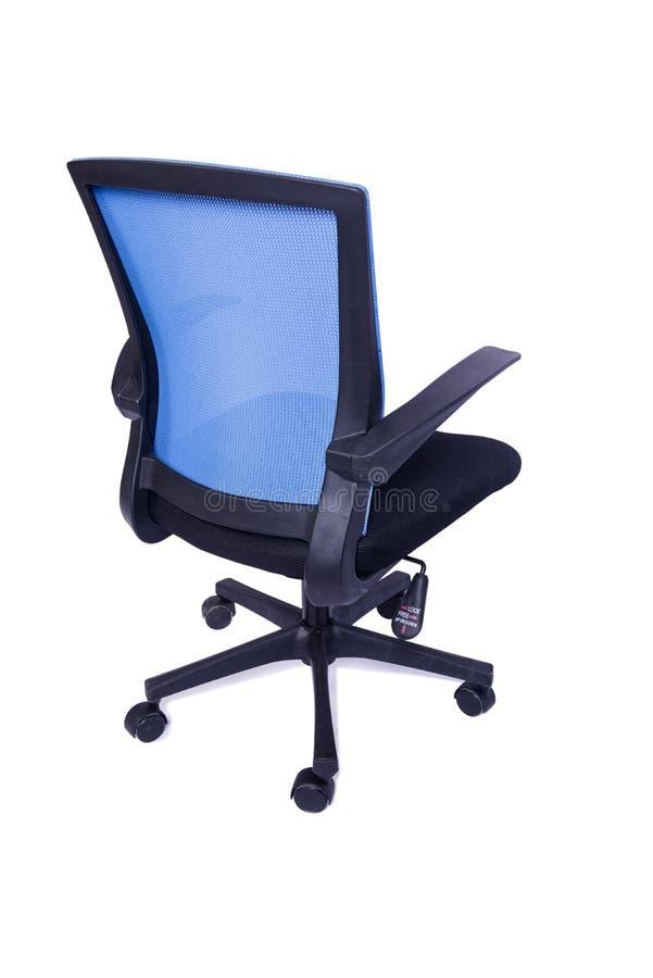 A cadeira azul do escritório isolada no fundo branco imagens de stock