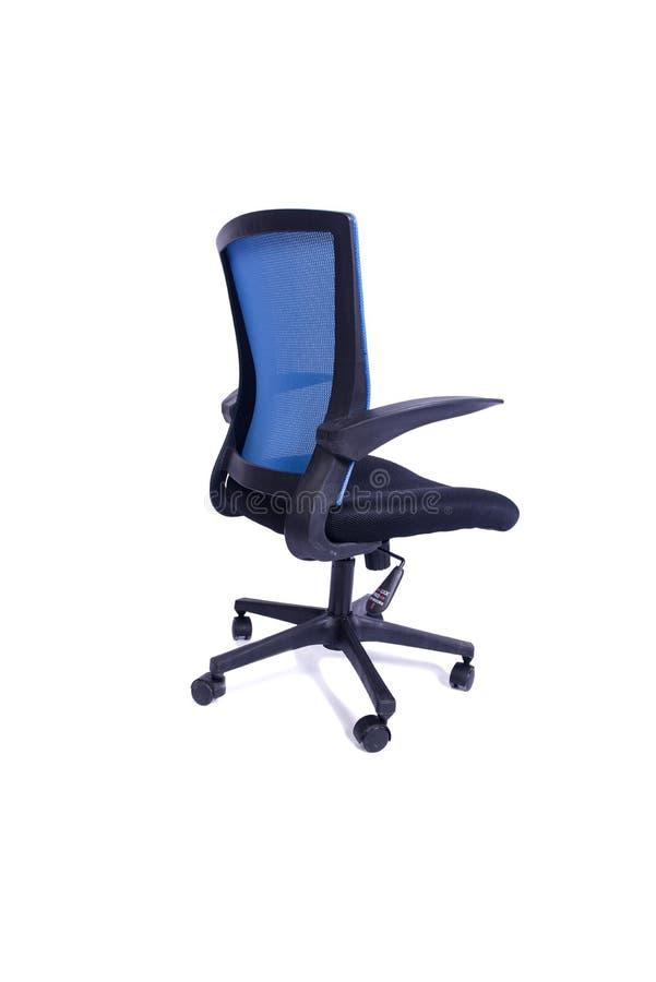 A cadeira azul do escritório isolada no fundo branco imagem de stock