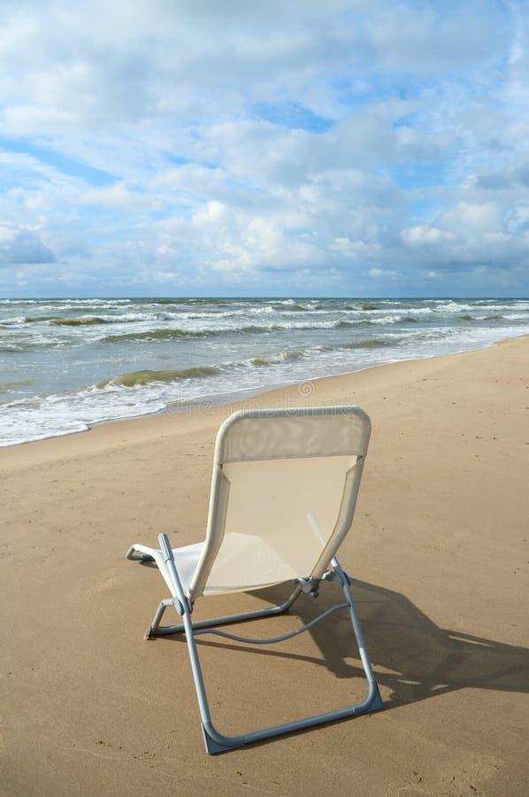 Cadeira branca na praia. imagem de stock