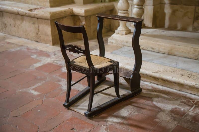 Cadeira com ajoelhamento na igreja fotos de stock royalty free