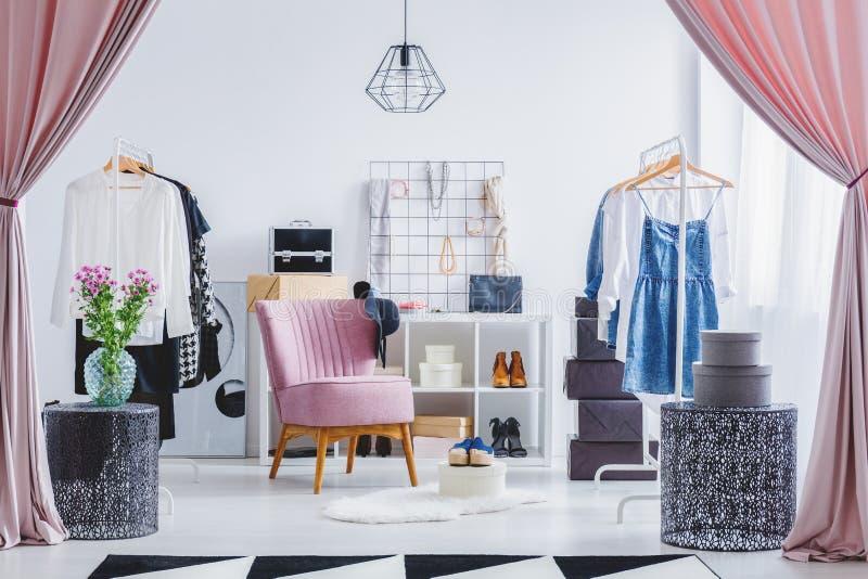 Cadeira cor-de-rosa no vestuario imagens de stock