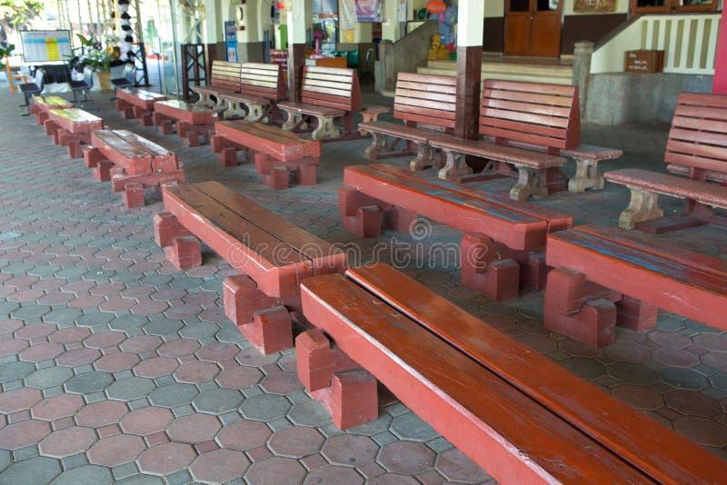 Cadeira da madeira da estação de trem fotografia de stock