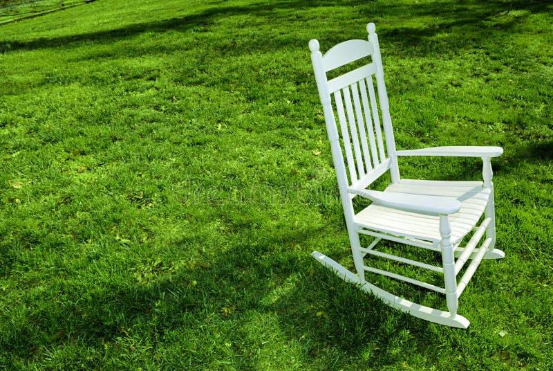Cadeira de balanço no gramado fotografia de stock