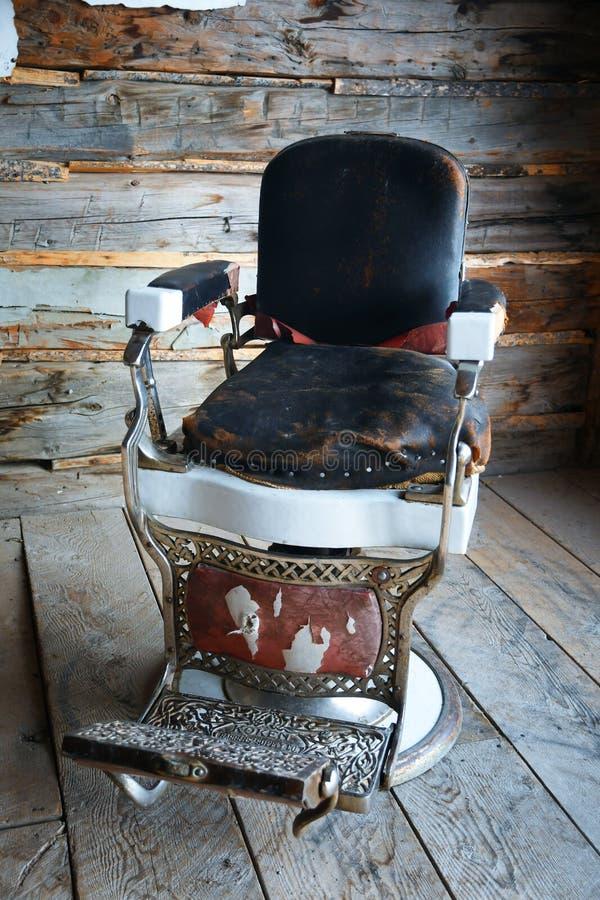 Cadeira de barbeiro antiga imagem de stock