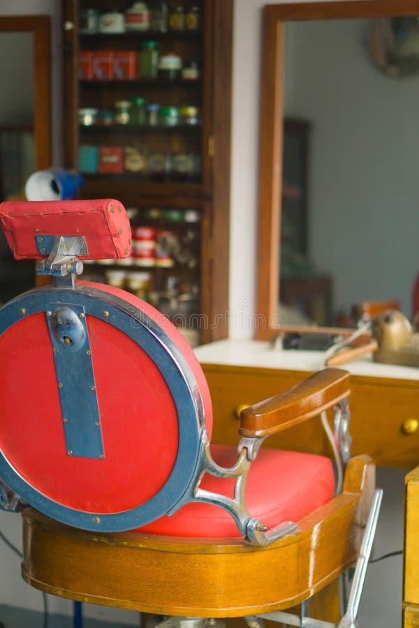 Cadeira de barbeiro no estilo do vintage, barbearia velha fotos de stock