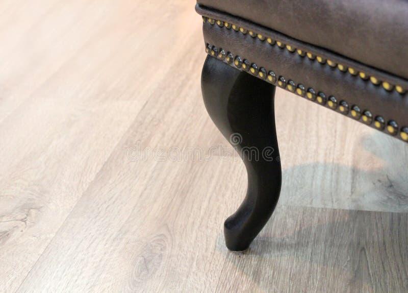 Cadeira de couro clássica curvada de madeira do pé com decoração Indústria da mobília Textura do fundo com espa?o livre para o te foto de stock