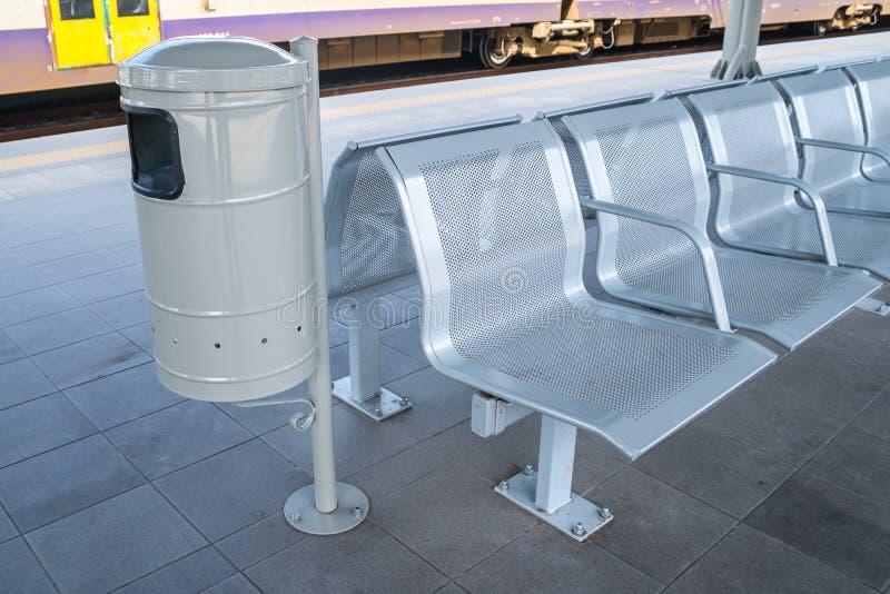 Cadeira de espera do metal do salão da sala de estar da estação de trem imagem de stock