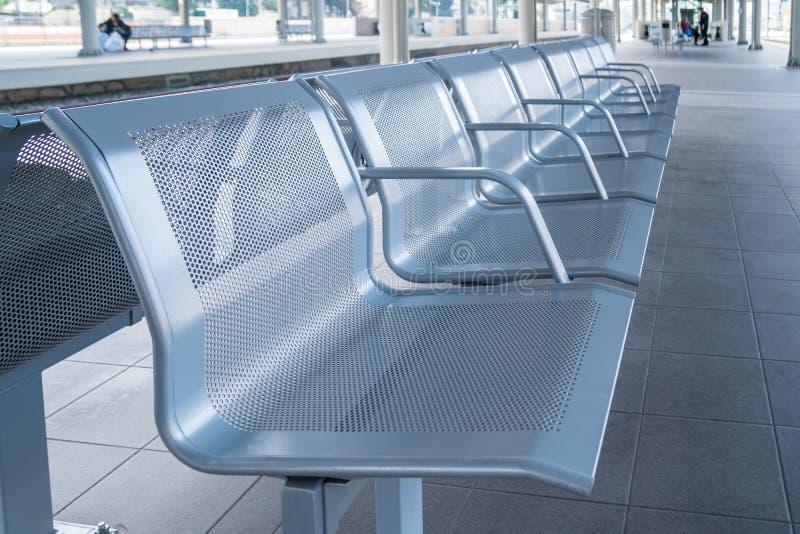 Cadeira de espera do metal do salão da sala de estar da estação de trem fotografia de stock royalty free