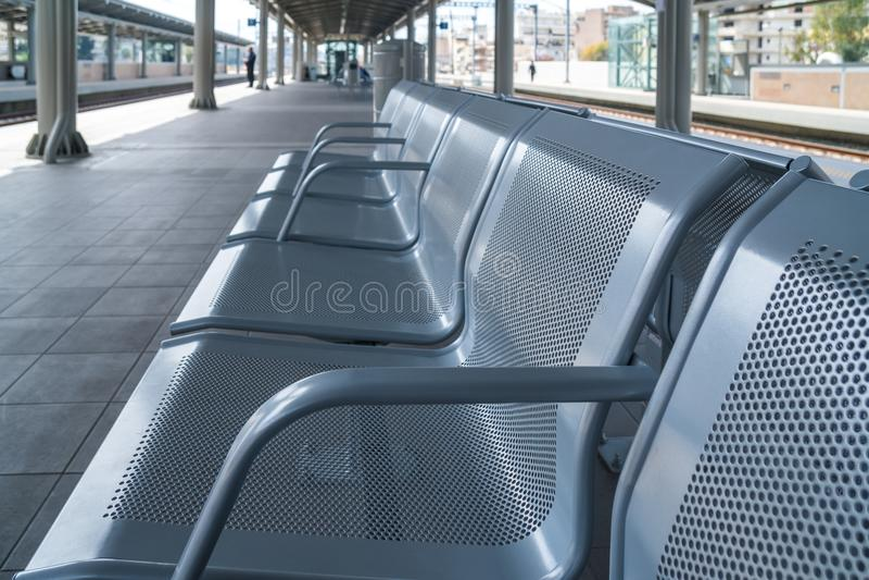 Cadeira de espera do metal do salão da sala de estar da estação de trem fotos de stock