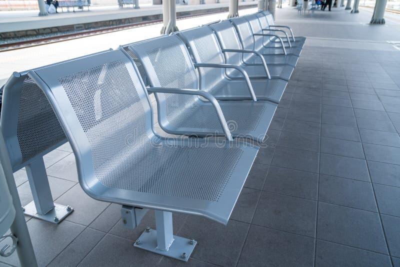 Cadeira de espera do metal do salão da sala de estar da estação de trem fotografia de stock
