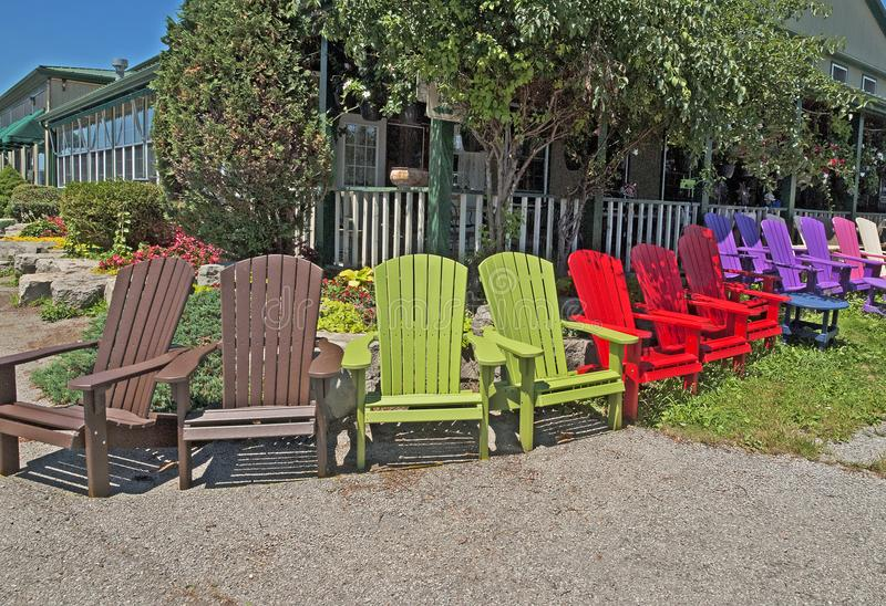 Cadeira de gramado poli colorida nova da resina fotografia de stock