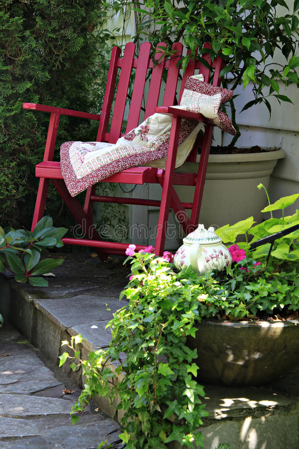 Cadeira de jardim da casa de campo fotografia de stock royalty free