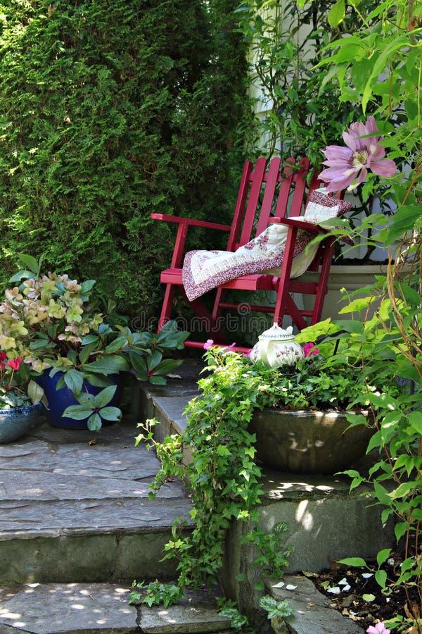Cadeira de jardim da casa de campo fotos de stock royalty free