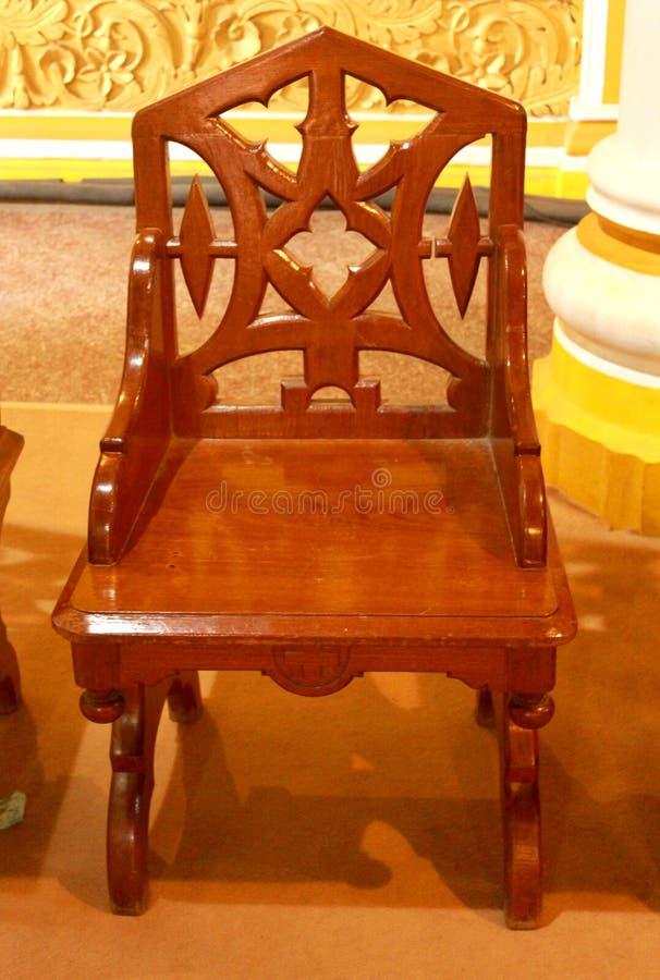 A cadeira de madeira do estilo do vintage no palácio de bangalore foto de stock royalty free