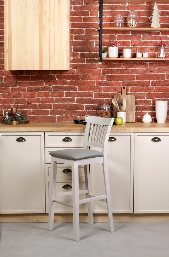 Cadeira de madeira do tamborete de barra na cozinha de madeira branca imagens de stock royalty free
