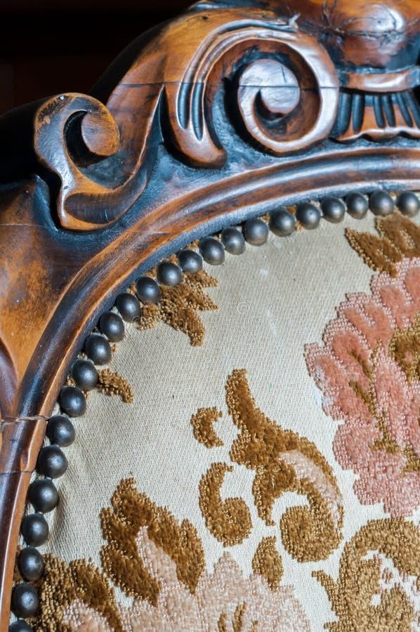 Cadeira de madeira estofada velha foto de stock