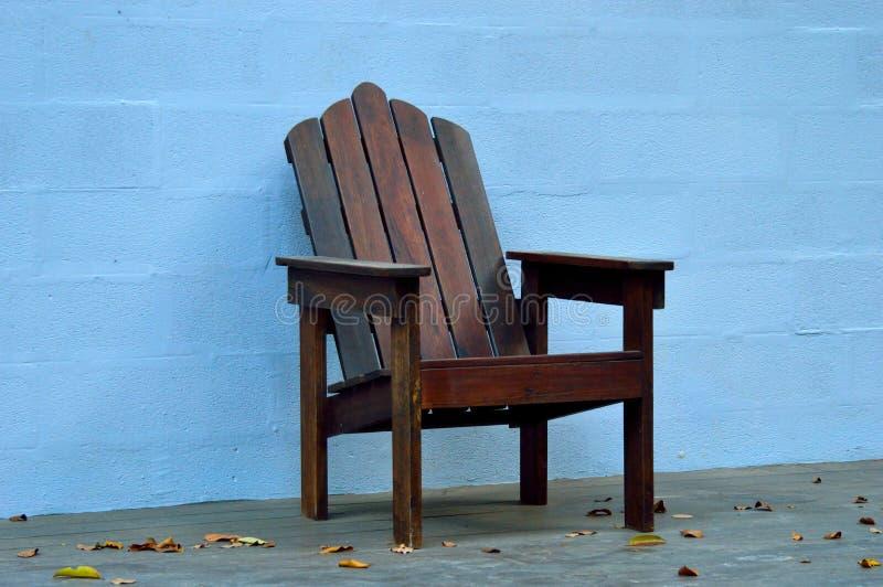 Cadeira de madeira feito à mão imagem de stock