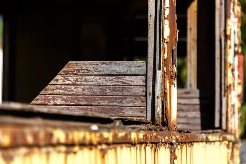 Cadeira de madeira no vagão abandonado oxidado velho do bonde imagens de stock