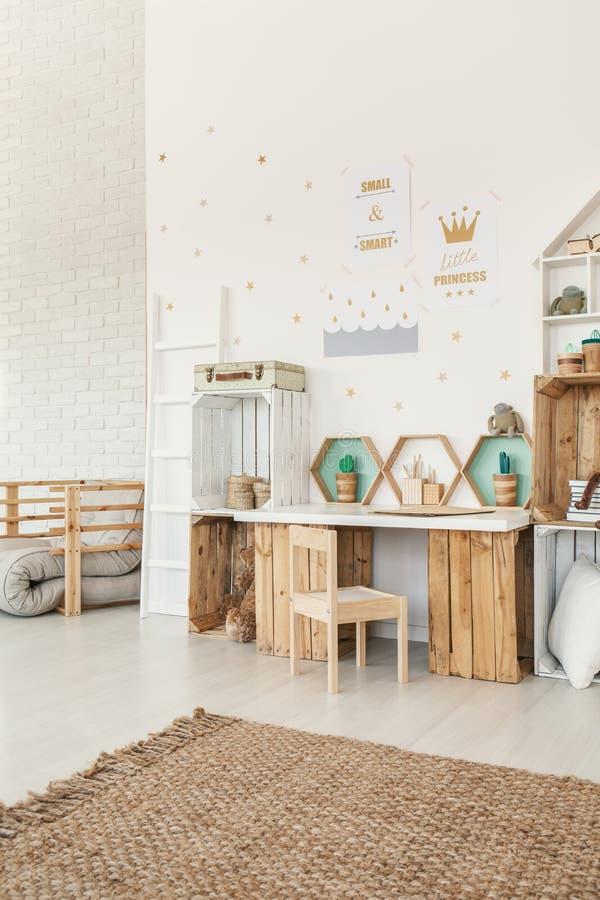 Cadeira de madeira pequena que está pelas prateleiras da mesa e da caixa no whi imagens de stock royalty free