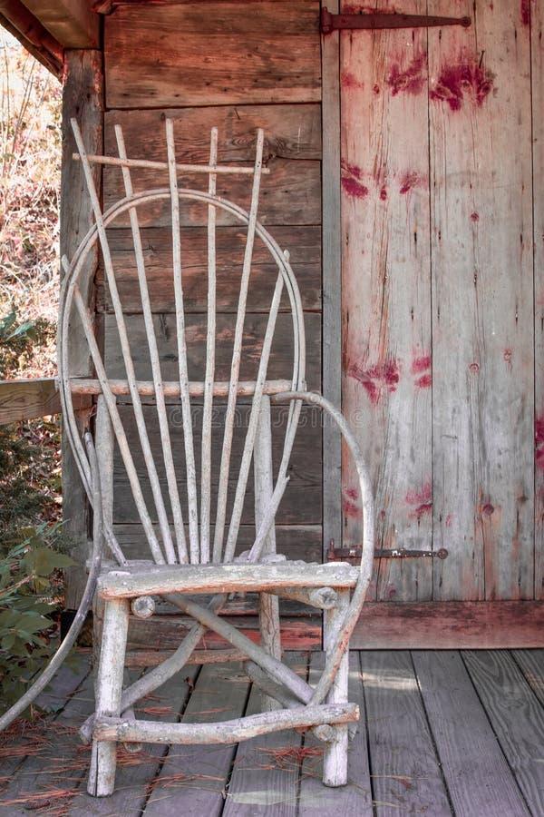 Cadeira de madeira rústica no patamar de Mini Wooden House imagens de stock royalty free