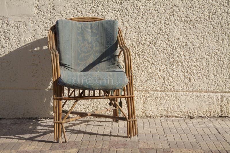 Cadeira de madeira velha imagens de stock