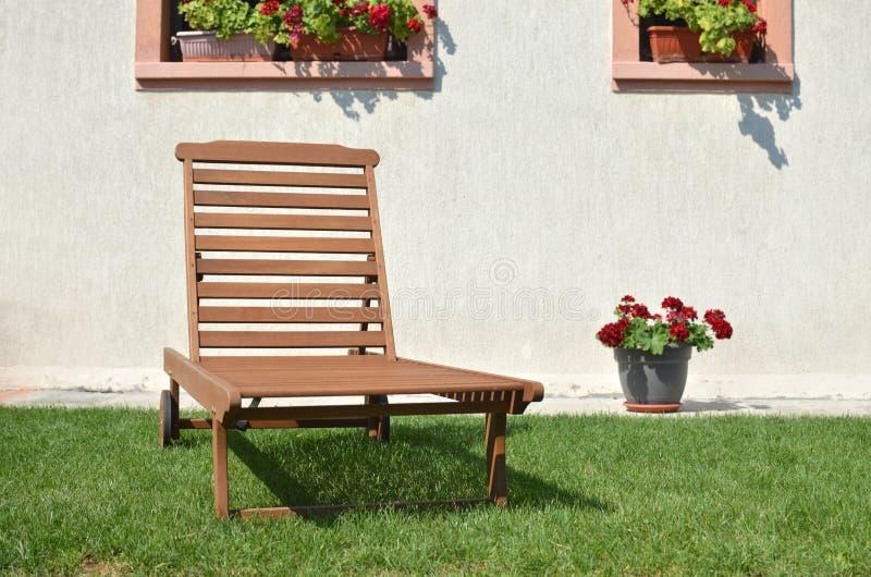 Cadeira de plataforma na frente da casa imagem de stock royalty free