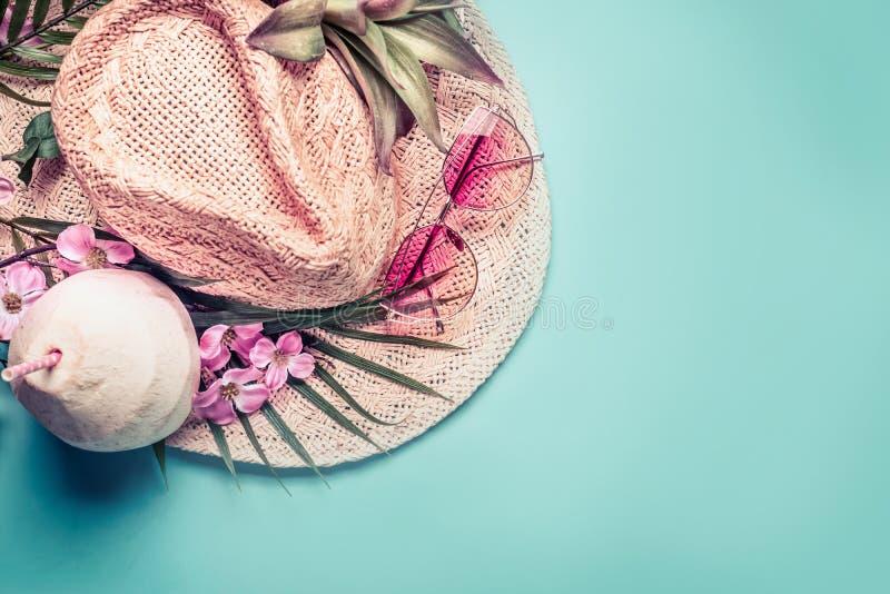 Cadeira de plataforma na praia em Brigghton Acessórios da praia: chapéu de palha, folhas de palmeira, vidros de sol cor-de-rosa,  foto de stock