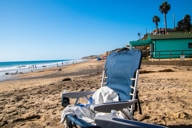 Cadeira de praia azul vazia na praia pelo oceano fotos de stock