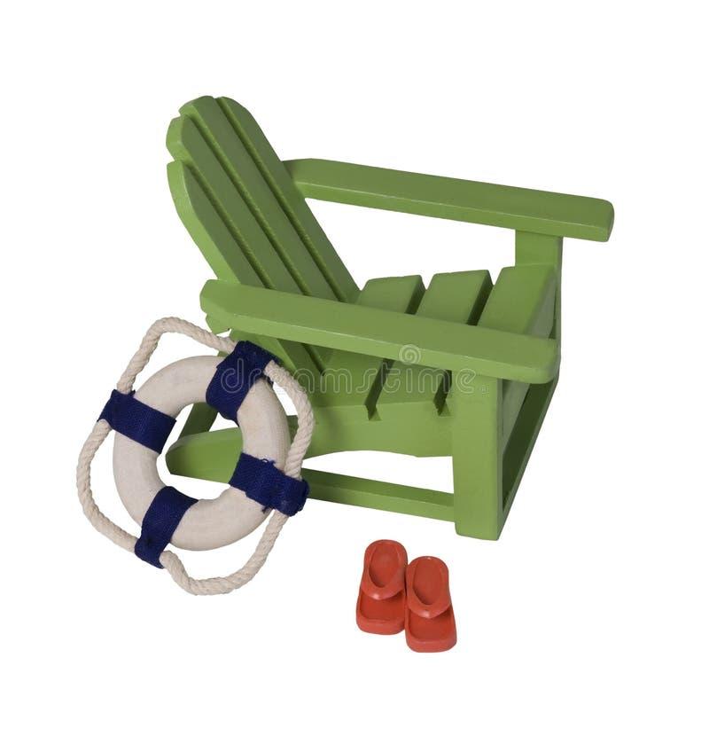 Cadeira de praia com conservante e sandálias de vida foto de stock