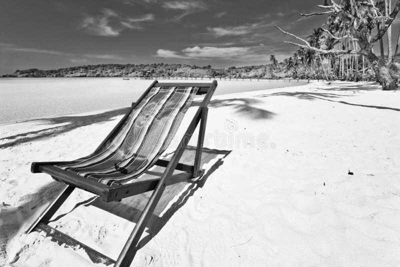 Cadeira de praia de Sun na praia fotografia de stock
