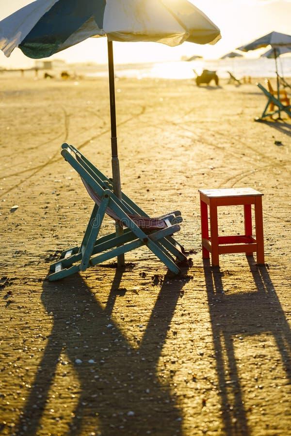 Cadeira de praia e tabela, Damietta, Egito fotografia de stock