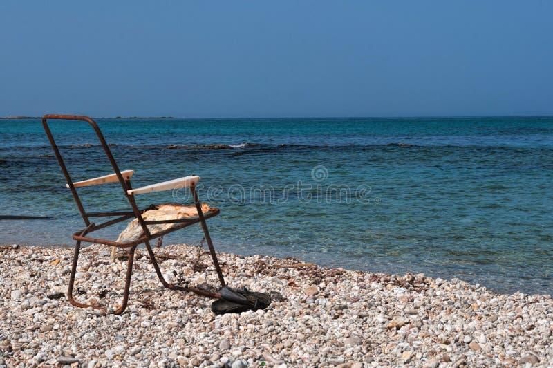 Cadeira de praia esquecida desde no verão passado foto de stock royalty free
