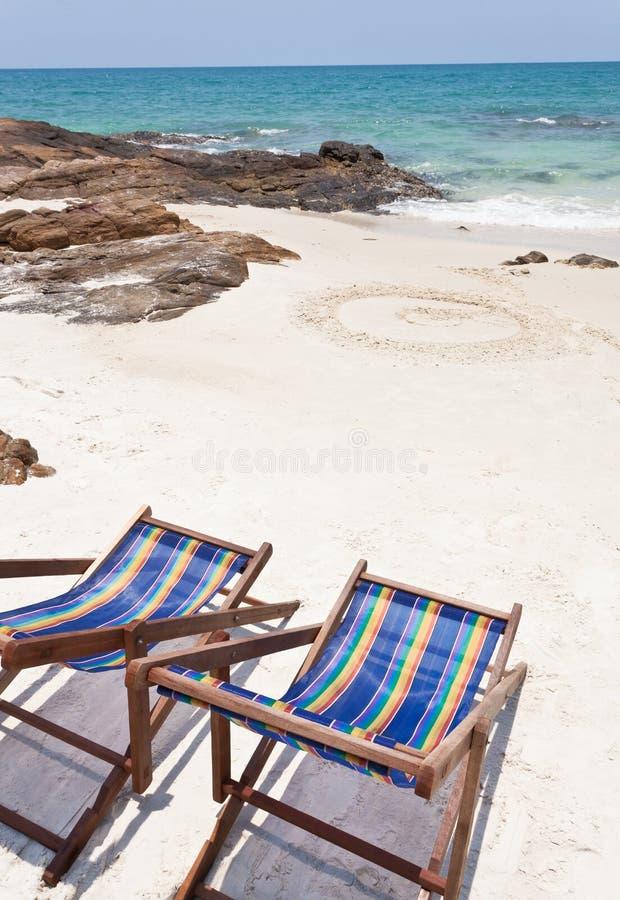 Cadeira de praia na areia branca fotografia de stock