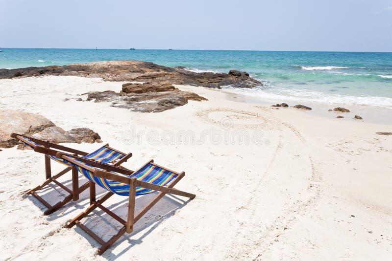 Cadeira de praia na areia branca imagem de stock