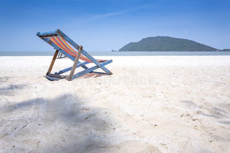Cadeira de praia na praia branca com o céu azul bonito fotos de stock