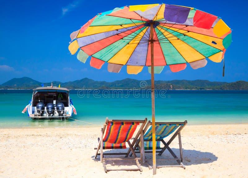 Cadeira de praia na ilha de Khai do koh, Krabi, Tailândia foto de stock