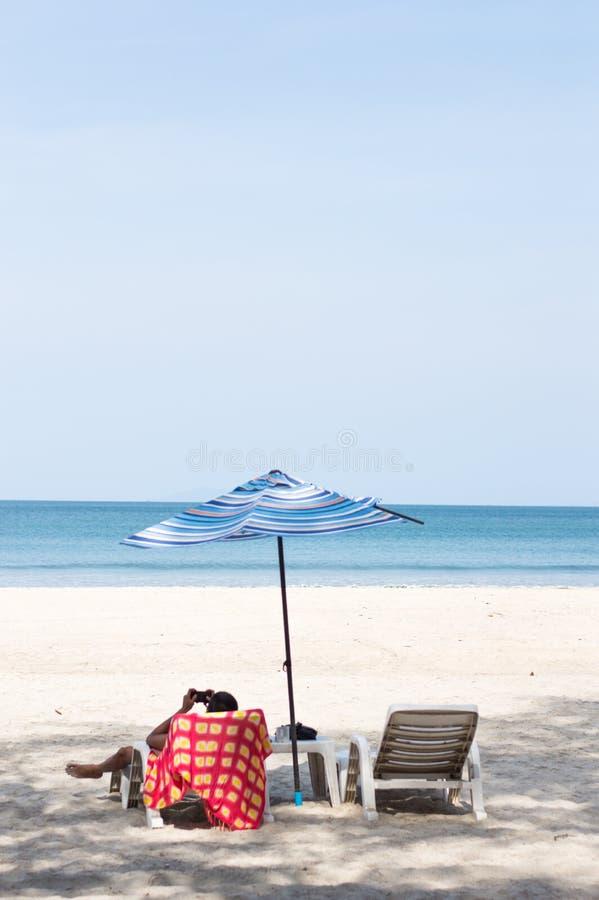 Cadeira de praia na praia fotos de stock