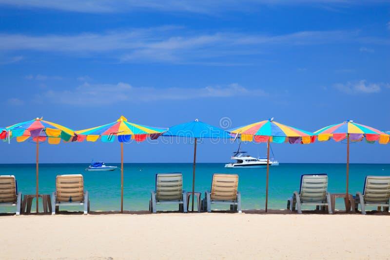Cadeira de praia na praia, Phuketi, Tailândia fotos de stock