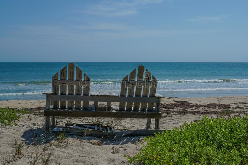 Cadeira de praia que negligencia o azul de turquesa claro Oceano Atlântico fotografia de stock royalty free
