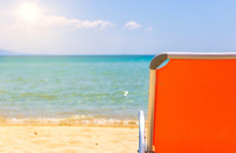 Cadeira de praia vazia com opinião bonita do mar fotografia de stock