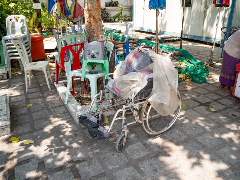 Cadeira de roda e tampa do saco de plástico, Banguecoque, Tailândia imagem de stock