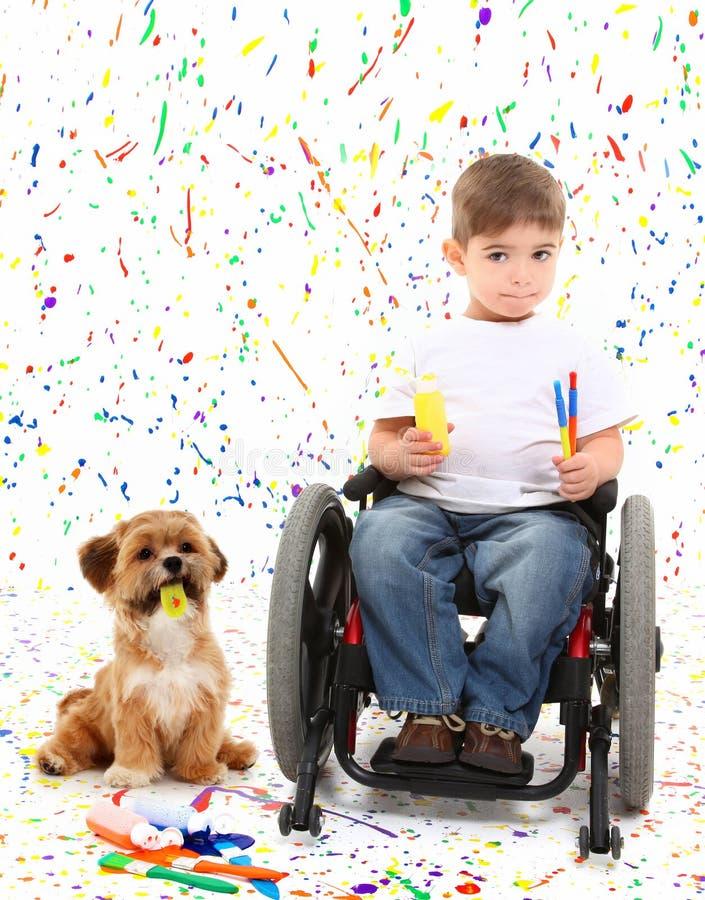 Cadeira de rodas da pintura da criança do menino com cão imagens de stock royalty free