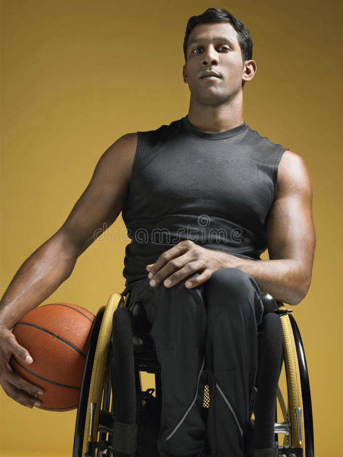 Cadeira de rodas de With Basketball In do atleta do paraplégico imagens de stock royalty free