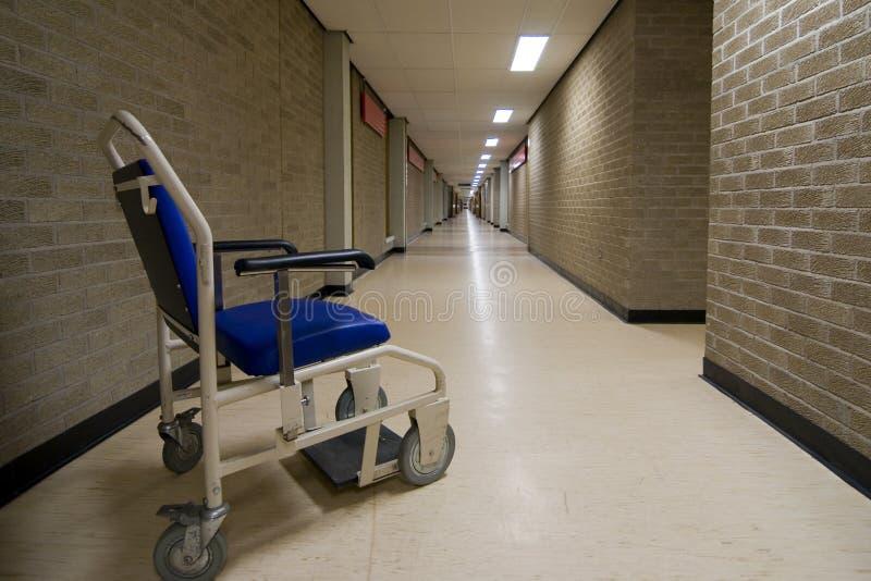 Cadeira de rodas em um corredor vazio do hospital de NHS fotos de stock royalty free