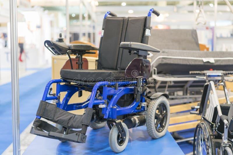 Cadeira de rodas em uma exposição médica Cadeira de rodas com motor bonde fotografia de stock royalty free