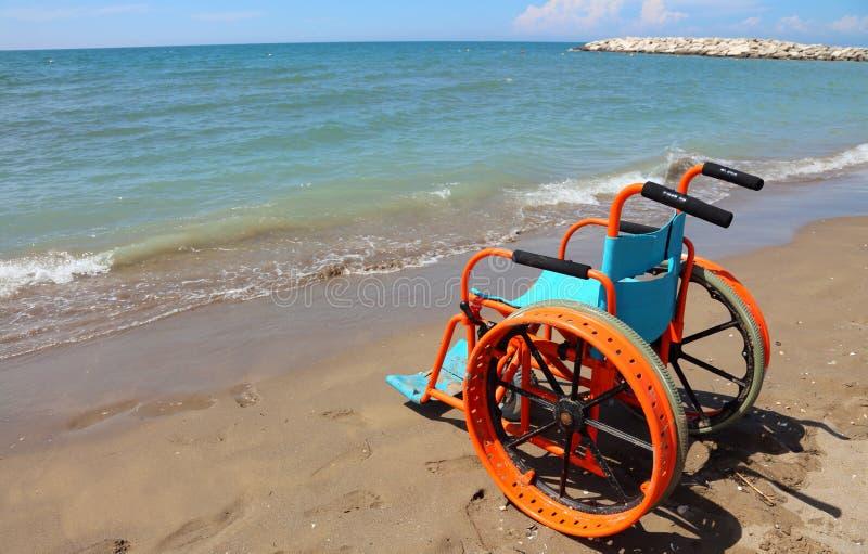 Cadeira de rodas especial para povos com inabilidades com grande roda imagens de stock royalty free