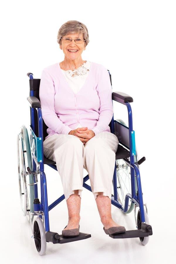 Cadeira de rodas idosa da mulher foto de stock