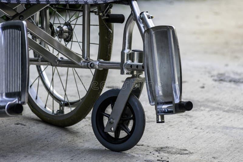 Cadeira de rodas no assoalho no hospital fotos de stock